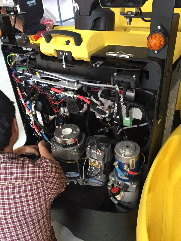 kiểm tra động cơ xe kéo hàng 5 tấn tại vinfast