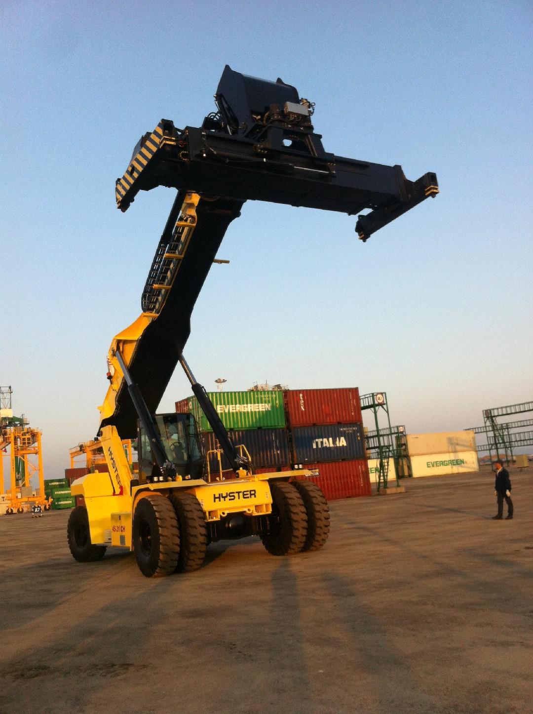 xe nâng container 46 tấn